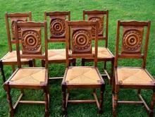 Staré dřevěné židle vyřezávané v pěkném stavu
